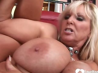 Big Tits Cougar Demonstrating How To Decently Please