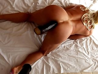 Two lesbian babes enjoy pussy-eating
