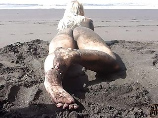 Dirty Feet, Feet & Booty Obsession On Naturist Beach!