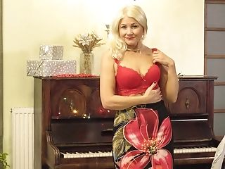 Sylvie Knows How To Have Fun The Piano And How To Have Fun With Her Cunt